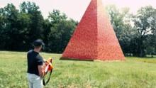 100000个水杯叠成金字塔,一把玩具枪,看完绝对舒适